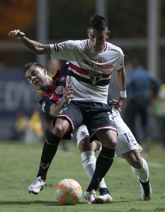 El jugador Héctor Villalba (atrás) de San Lorenzo de Argentina disputan el balón con Ricky Centurión (frente) de San Pablo de Brasil. Foto: EFE