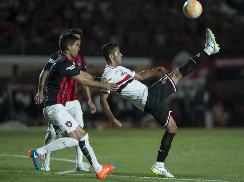 El jugador Matías Caruzzo (i) de San Lorenzo de Argentina disputa el balón con Alan Kardec de San Pablo de Brasil. Foto: EFE