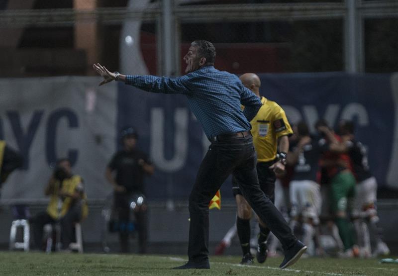 El director técnico de San Lorenzo de Argentina, Edgardo Bauza, dirige a su equipo ante San Pablo de Brasil. Foto: EFE