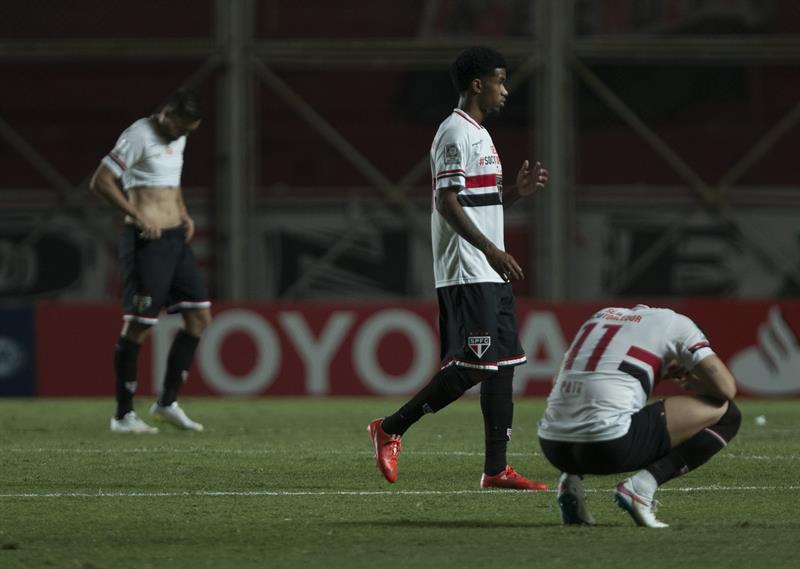Los jugadores de San Pablo de Brasil se lamentan después de perder ante San Lorenzo de Argentina. Foto: EFE