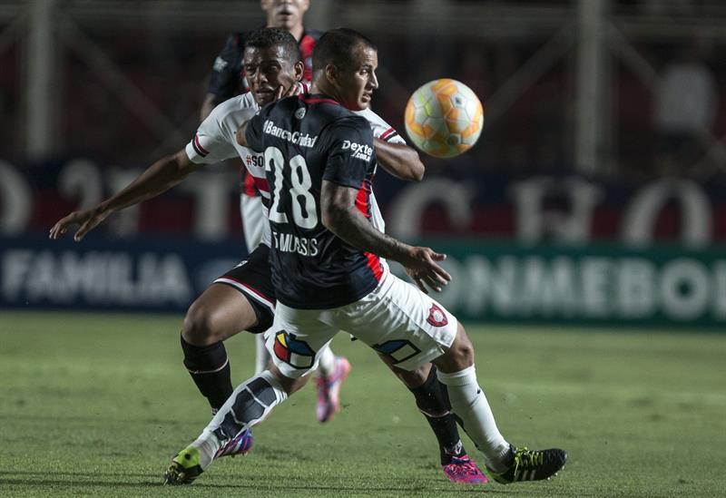 El jugador Franco Mussis (frente) de San Lorenzo de Argentina disputa el balón con Reinaldo de San Pablo. Foto: EFE