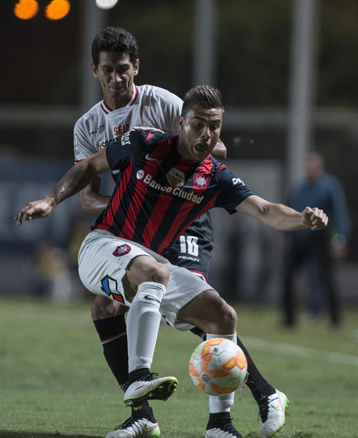 El jugador Héctor Villalba (frente) de San Lorenzo de Argentina disputan el balón con Ganso (atrás) de San Pablo de Brasil. Foto: EFE