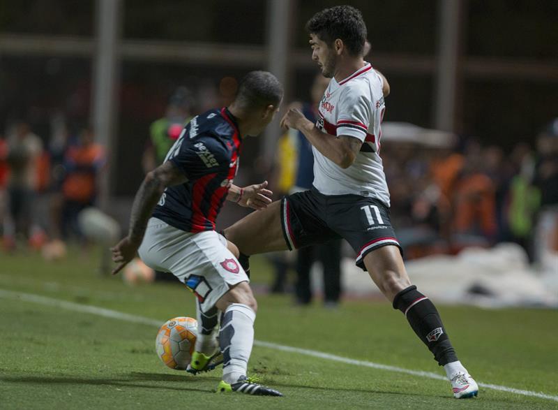 El jugador Franco Mussis (i) de San Lorenzo de Argentina disputa el balón con Alexandre Pato de San Pablo de Brasil. Foto: EFE