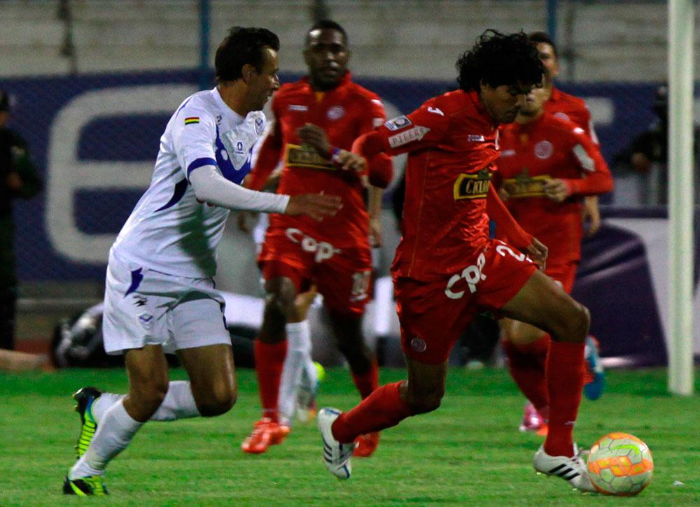 El jugador Arnaldo Vera de San José disputa el balón con Oscar Vílchez del Juan Aurich. Foto: EFE