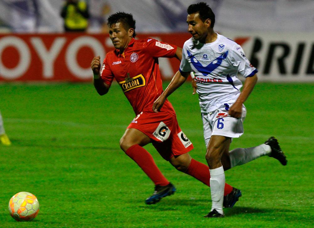 El jugador Mario Ovando de San José disputa el balón con Alfredo Rojas del Juan Aurich. Foto: EFE