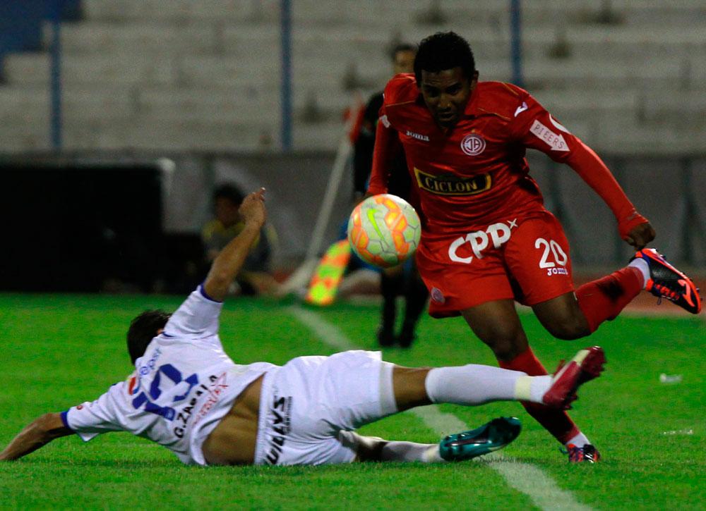 El jugador Wilder Zabala de San José disputa el balón con Deyair Reyes del Juan Aurich. Foto: EFE
