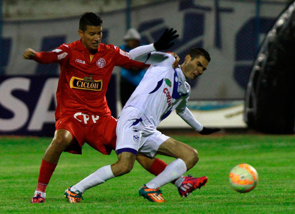 El jugador Leandro Ferreira de San José disputa el balón con Marcos Delgado Juan Aurich. Foto: EFE