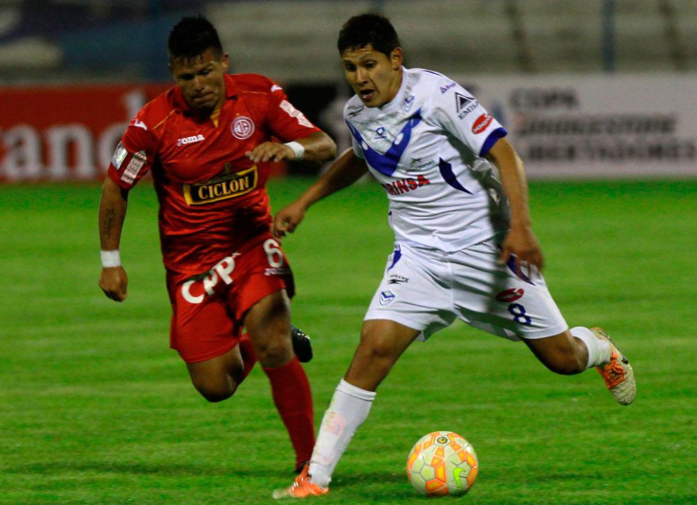 El jugador Mario Parrado de San José, trata de superar la marca de Alfredo Rojas del Juan Aurich. Foto: EFE