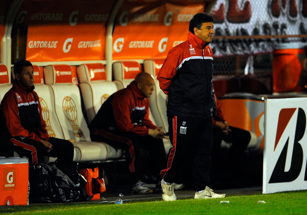 Nestor Apuzzo, director técnico de Huracán, observa las acciones ante Universitario. Foto: EFE