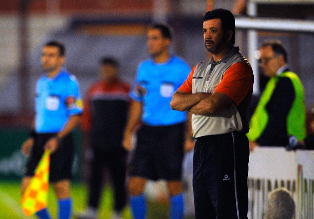 Julio Cesar Baldivieso, técnico de Universitario de Sucre, observa las acciones ante Huracán. Foto: EFE