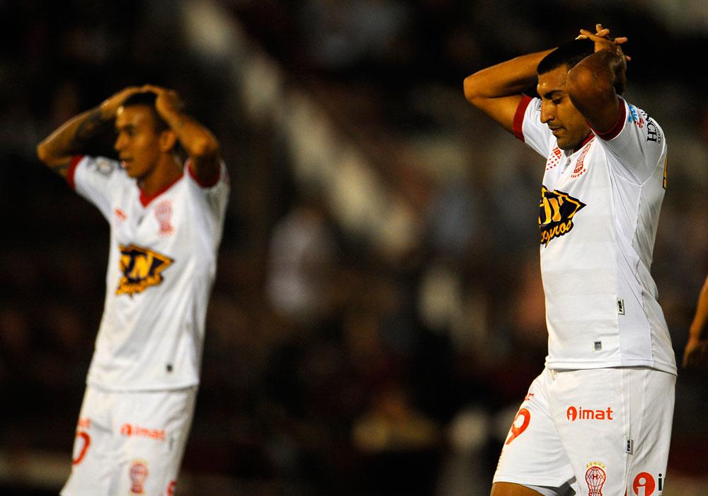Jugadores de Huracán se lamentan tras una jugada ante Universitario. Foto: EFE