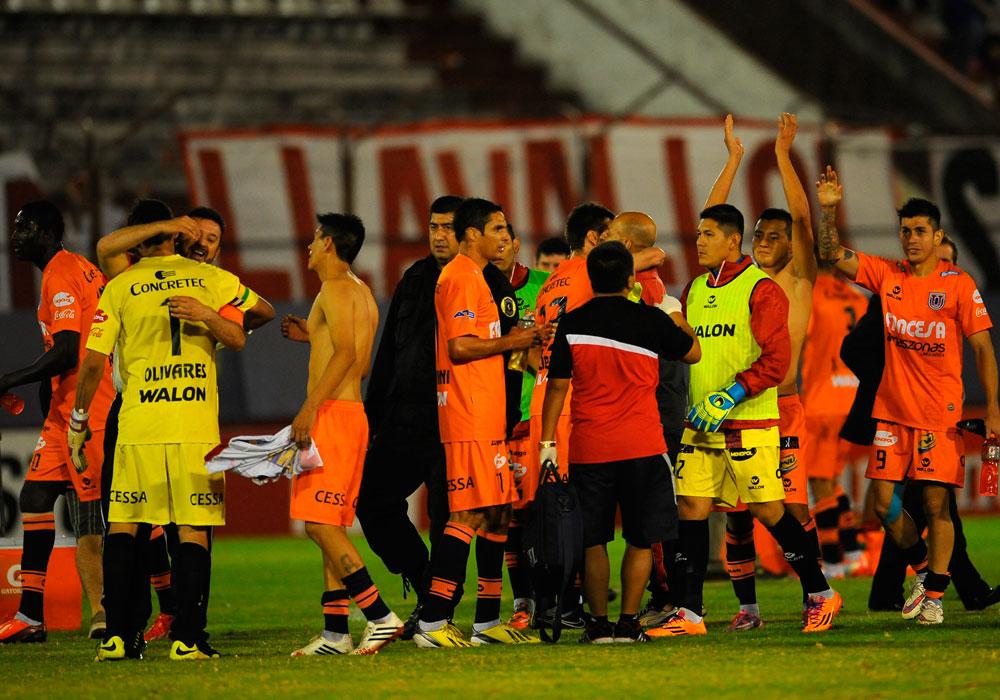 Jugadores de Universitario de Sucre celebran el punto logrado en su visita al Huracán. Foto: EFE