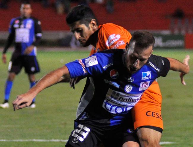 Choque entre los jugadores David Castro (d) de Universitario y José Velásquez (i) de Mineros. Foto: EFE