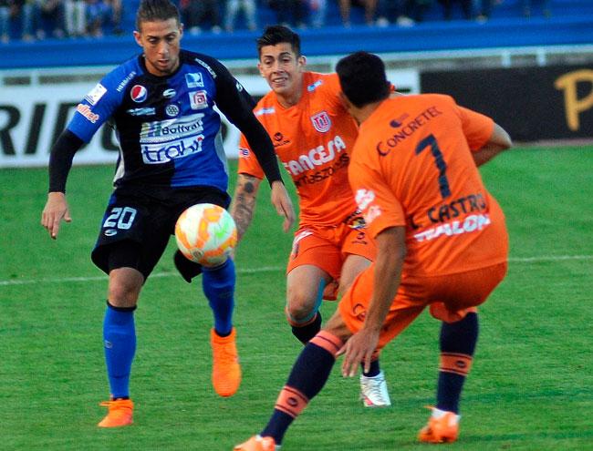 David Castro (d) y Miguel Suárez (c) de Universitario de Sucre disputan el balón con Rafael Acosta (i) de Mineros. Foto: EFE