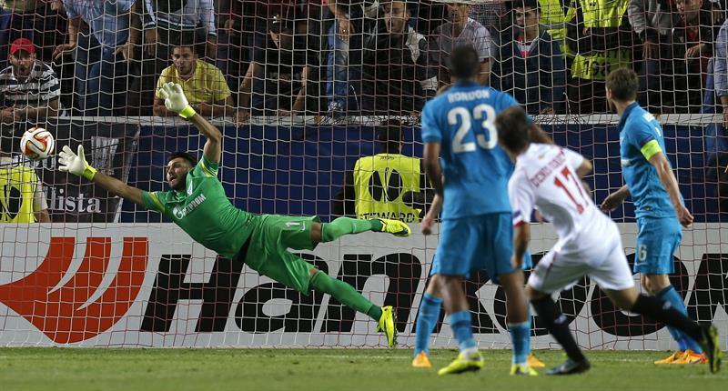 El jugador del Sevilla Denis Suárez (2-d) marca el segundo gol ante el Zenit. Foto: EFE