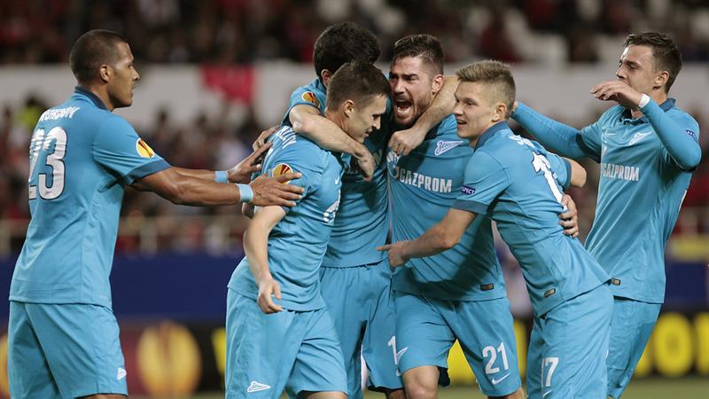 El centrocampista del Zenit Aleksandr Ryazantsev (2i) celebra con sus compañeros el gol que ha marcado, el primero ante el Sevilla. Foto: EFE