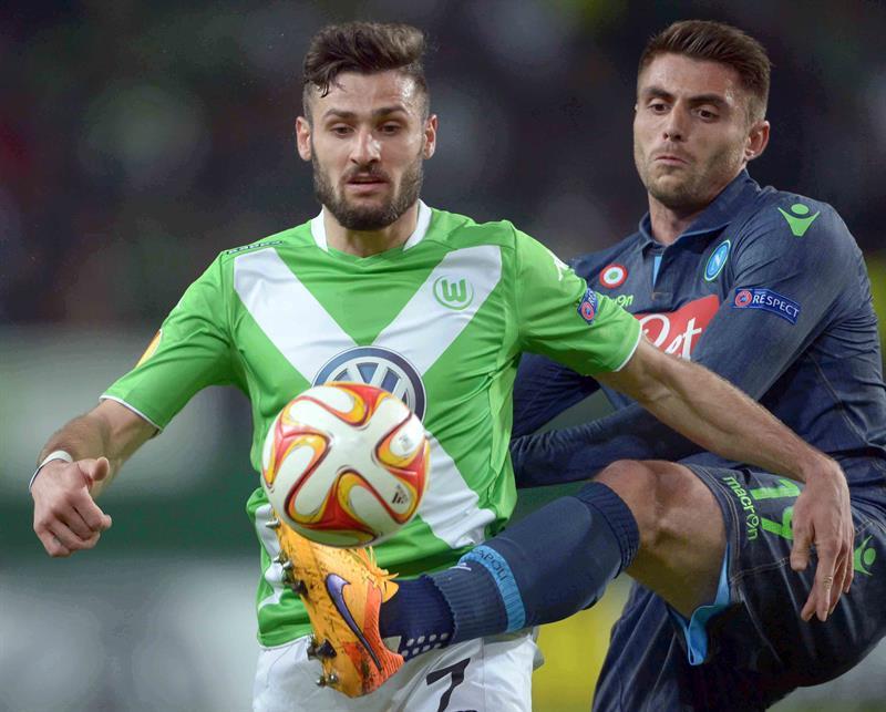El jugador de Wolfsburgs Daniel Caligiuri (i) disputa el balón con David López (d) de SSC Nápoles. Foto: EFE