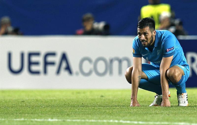 El defensa argentino del Zenit Ezequiel Garay, tras encajar el segundo gol ante el Sevilla. Foto: EFE