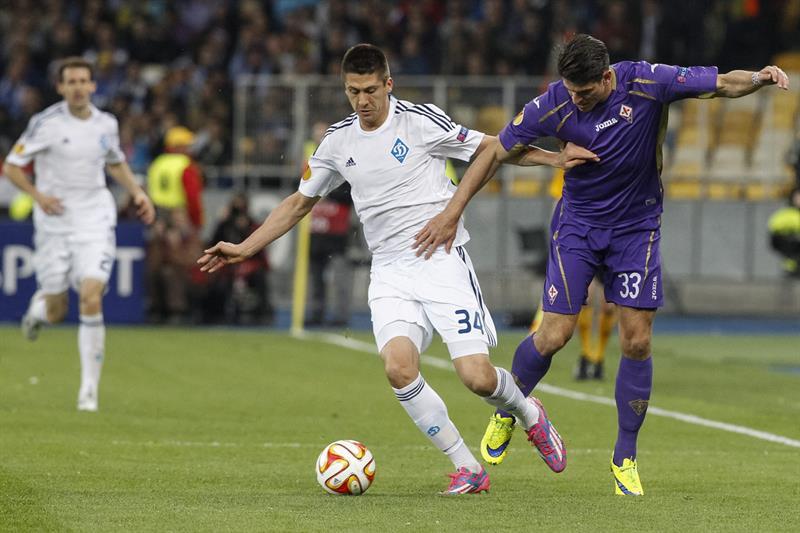 Yevhen Khacheridi (i) de Dynamo ante Mario Gómez (d) de Fiorentina. Foto: EFE