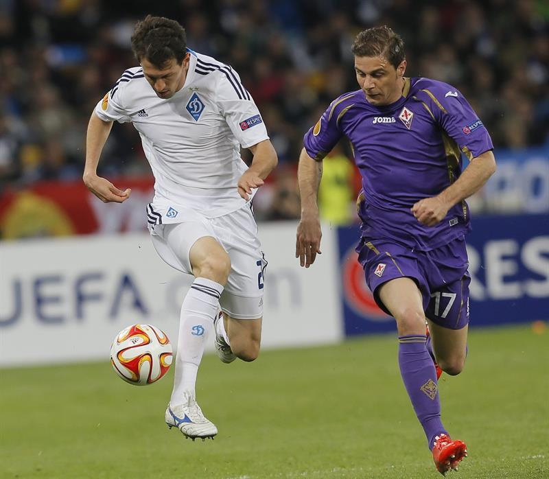 Danilo Silva (i) de Dynamo ante Joaquín (d) de Fiorentina. Foto: EFE