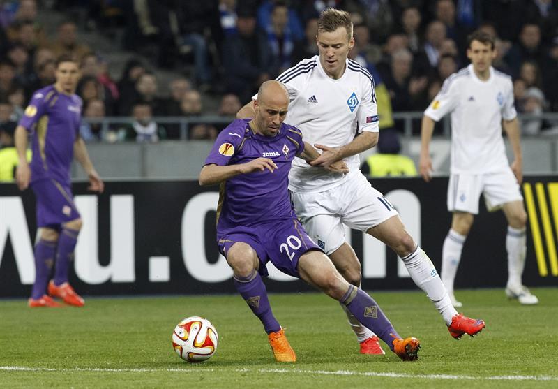 Andriy Yarmolenko (d) de Dynamo ante Borja Valero (i) de Fiorentina. Foto: EFE