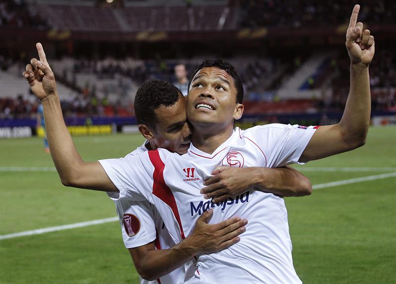 El delantero colombiano del Sevilla Carlos Bacca (d) es felicitado por el francés Kolodziejczak tras marcar ante el Zenit. Foto: EFE