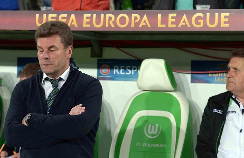 El entrenador de Wolfsburgs Dieter Hecking sigue el juego ante SSC Nápoles. Foto: EFE