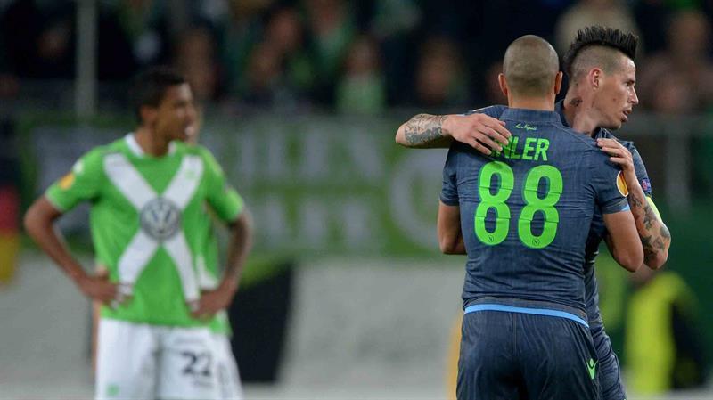 El jugador de SSC Nápoles Marek Hamsik (d) celebra con Goekhan Inler el 3-0 contra Wolfsburgs. Foto: EFE