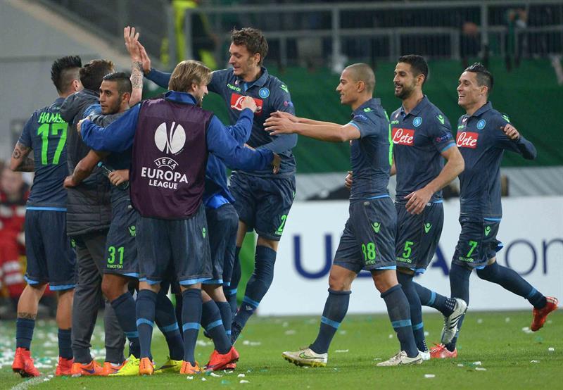 El jugador de SSC Nápoles Manolo Gabbiadini (c-arriba) celebra el 4-0 contra Wolfsburgs. Foto: EFE