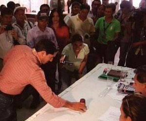 Candidatos se juegan a los dados una concejalía en Cabezas, Santa Cruz