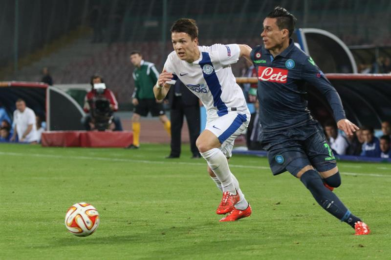 El jugador de Nápoles José Callejón (d) disputa el balón con Yevhen Konoplyanka. EFE