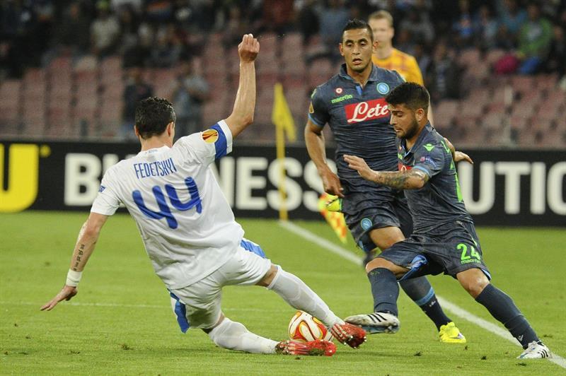 El jugador de Nápoles Lorenzo Insigne (d) disputa el balón con Artem Fedetskiy. EFE