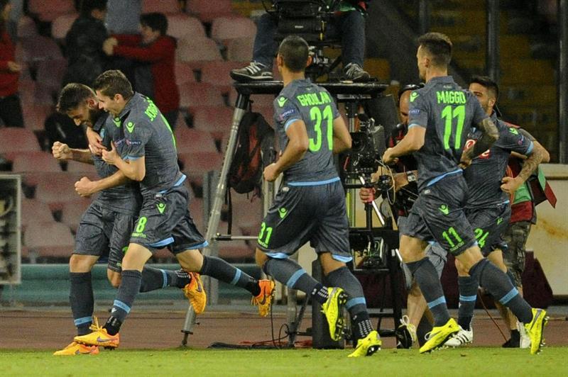 El jugador de Nápoles David López (i) celebra con sus compañeros después de anotar ante Dnipro. EFE