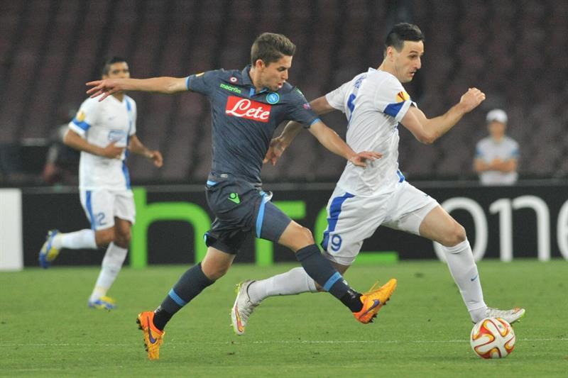 El jugador de Nápoles Jorginho (i) disputa el balón con Nikola Kalinic (d), del Dnipro. EFE