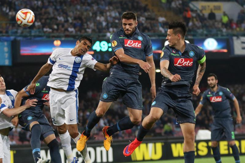 El jugador de Nápoles David López (c) anota un gol. EFE