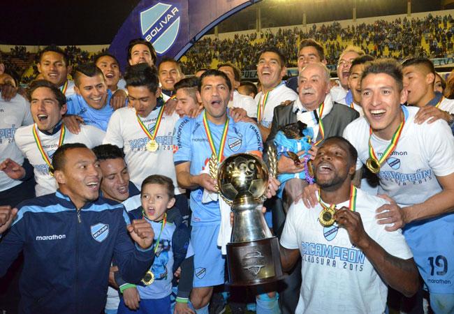 Jugadores de Bolívar celebran la obtención del campeonato del Torneo Clausura 2014-2015. ABI