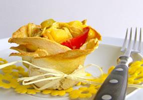 Canastilla de pasta filo rellena de pollo con salsa curry
