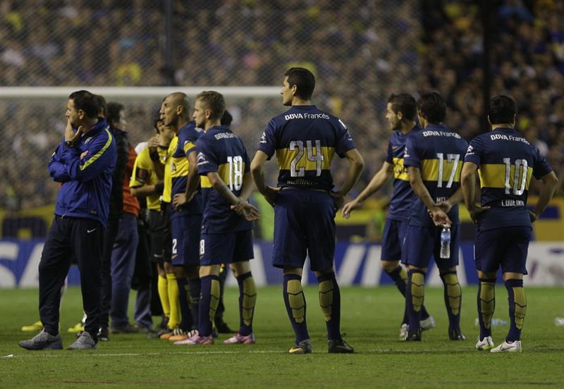 Los jugadores de River también fueron agredidos cuando salieron del campo de La Bombonera. Foto: EFE