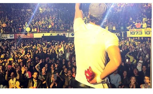 Enrique continuó cantando durante 30 minutos, a pesar de la herida. Foto: EFE