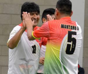 Evo Morales juega un partido de futsal con bolivianos en Bruselas