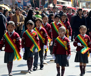 Independencia: Niños desfilan en La Paz