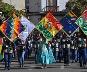 Sucre: Desfile escolar en homenaje a los 190 años de Bolivia