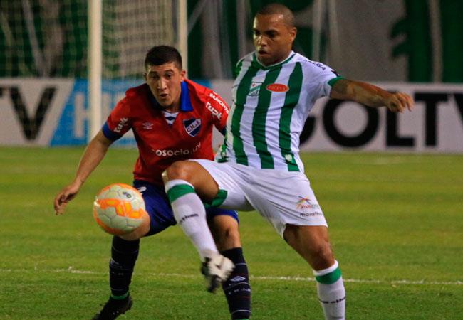 El jugador Thiago Dos Santos de Oriente Petrolero en el encuentro ante Nacional de Uruguay en el inicio de la Copa Sudamericana. EFE