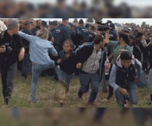 Patadas de camarógrafa a inmigrantes que huyen de la policía