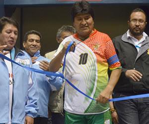 Evo Morales inaugura polideportivo