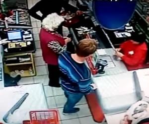 Hombre golpea a una anciana en un supermercado de Rusia