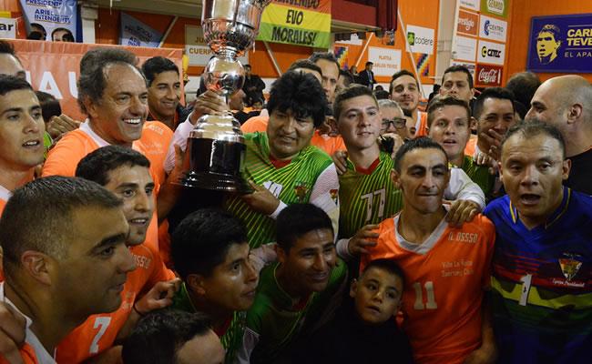Evo Morales juega fútbol con el kirchnerista Daniel Scioli