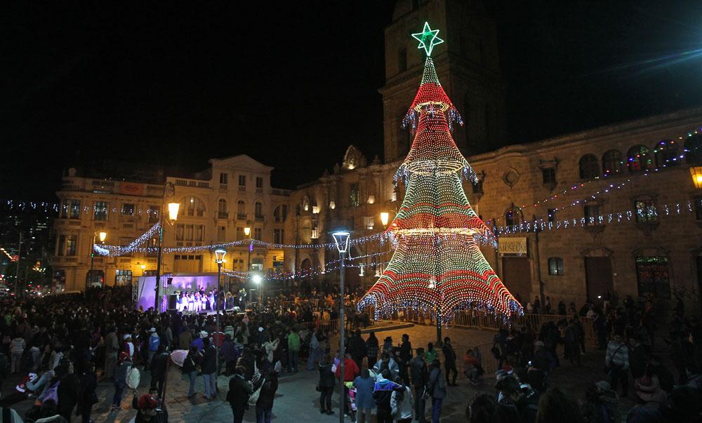 Encendido del árbol de navidad junto a un nacimiento realizado con chatarra en la Plaza de San Francisco de la ciudad de La Paz. Foto: EFE
