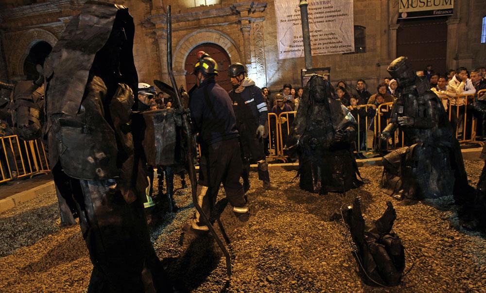 Trabajadores municipales arman un nacimiento realizado de chatarra en la plaza de San Francisco de la ciudad de La Paz. Foto: EFE