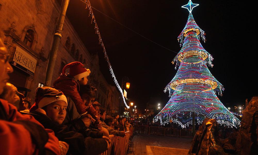 Encendido del árbol de navidad en la Plaza de San Francisco de la ciudad de La Paz. Foto: EFE